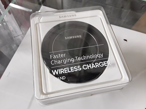 Lot 8211 SAMSUNG WIRELESS CHARGER STAND