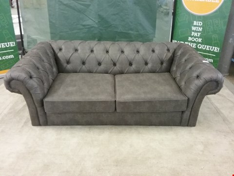 Lot 27 QUALITY BRITISH MADE DESIGNER GREY LEATHER BUTTON BACK SCROLL ARM 2 SEATER SOFA