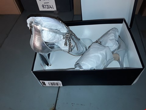 Lot 7008 PAIR OF SILVER-LEATHER CHANDELIER DROP T BAR HIGH HEELS SIZE 7/40
