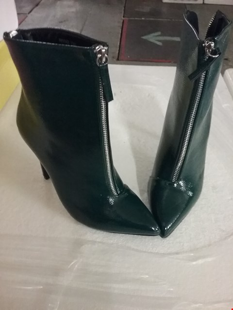 Lot 136 BOXED BOO HOO ZIP DETAIL POINTED SHOE BOOTS - GREEN, SIZE 5 UK