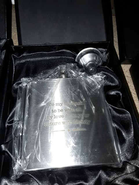 Lot 7107 PERSONALISED STAINLESS STEEL HIP FLASK AND PREMIUM WASHING UP 3PCS SET WITH WIREWARE, BLACK GREY RRP £49