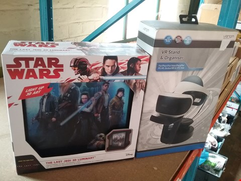 Lot 11082 LOT OF 2 ASSORTED ITEMS INCLUDES STAR WARS 3D LUMINART AND VR STAND AND ORGANISER