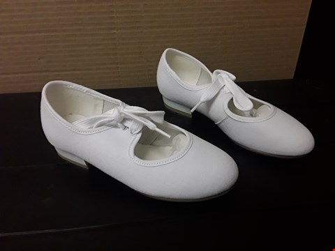 Lot 9056 RV ROCH VALLEY STYLE- WHITE TAP SHOES- JUNIOR S12 1/2