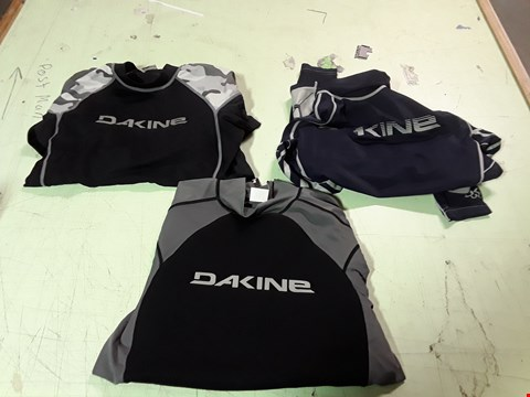 Lot 1747 LOT OF APPROXIMATELY 10 ASSORTED DESIGNER CLOTHING ITEMS TO INCLUDE A BLACK AND CAMOUFLAGE DAKINE SPORTS TOP M, A NAVY BLUE/GREY DAKINE SPORTS TOP M, A BLACK/GREY DAKINE SPORTS TOP M ETC