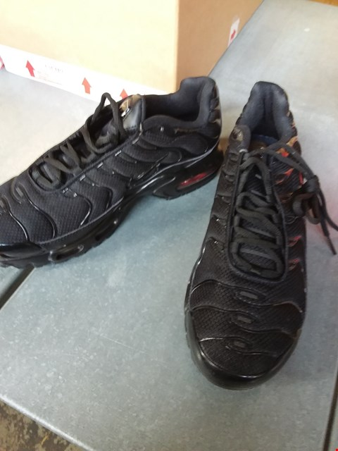 Lot 7074 NIKE AIR MAX PLUS TRAINERS - BLACK SIZE 9
