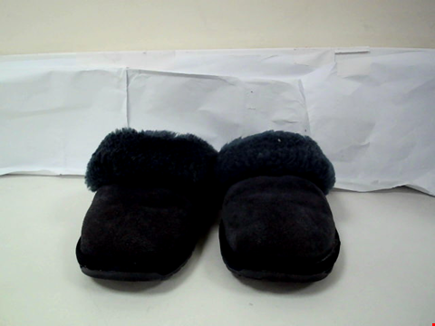 Lot 162 6 ASSORTED FOOTWEAR TO INCLUDE A PAIR OF EMU AUSTRALIA SLIPPERS, SANDALS AND BOOTS ETC