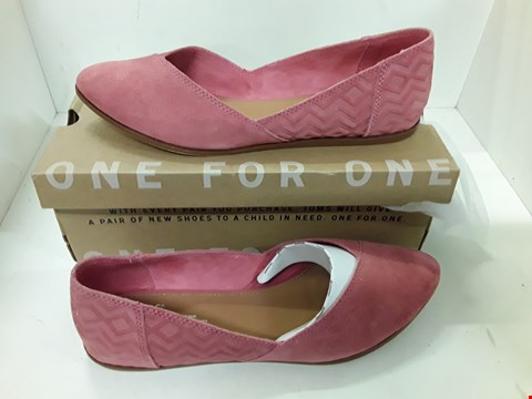 Lot 4134 PAIR OF DESIGNER ROSE PINK SUEDE EFFECT FLAT SHOES IN THE SIZE UK 7.5
