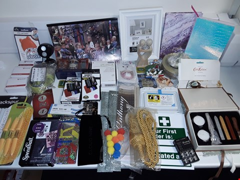 Lot 6477 LARGE QUANTITY OF ASSORTED HOUSEHOLD ITEMS TO INCLUDE TEA TOWELS, SIGNED THUNDERBIRD PRINT, PICTURE FRAME AND FRIDGE MAGNETS