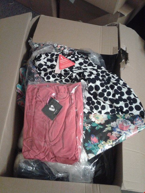 Lot 853 A BOX OF APPROXIMATELY 18 ASSORTED CLOTHING ITEMS TO INCLUDE A FLORAL SHIRT, A BLACK AND WHITE DRESS AND A RED T SHIRT