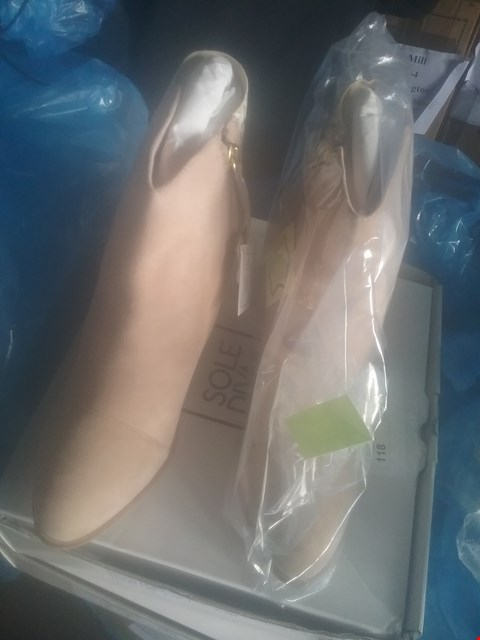 Lot 7060 BAG OF APPROXIMATELY 6 ASSORTED ITEMS OF FOOTWEAR TO INCLUDE TAN ANKLE BOOTS