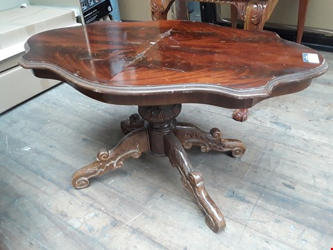Lot 5004 DESIGNER MAHOGANY REPRODUCTION SHAPED TOP COFFEE TABLE ON CARVED PEDESTAL