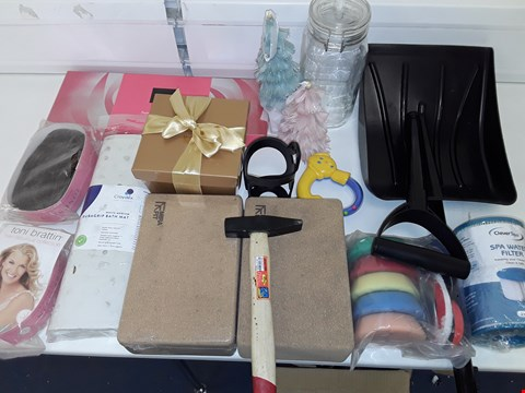 Lot 1016 LOT OF ASSORTED HOUSEHOLD ITEMS TO INCLUDE CROWDED BATH MAT, TONI BRETTON HAIR PIECES AND SPA WATER FILLER