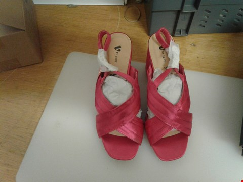 Lot 42 A PAIR OF ANNA PINK LADIES SHOES UK 5