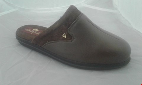 Lot 2093 PAIR OF CLIFFORD JAMES SLIPPERS SIZE 7