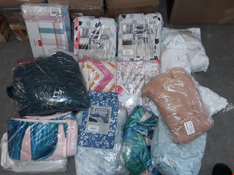 Lot 304 LOT OF APPROXIMATELY 17 ASSORTED HOMEFABRIC ITEMS TO INCLUDE DUVET SETS AND THROWS