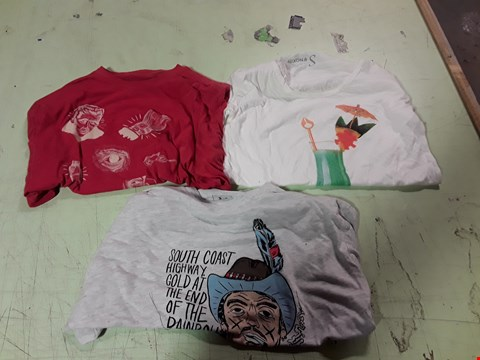 Lot 1744 LOT OF APPROXIMATELY 10 ASSORTED DESIGNER CLOTHING ITEMS TO INCLUDE A GREY COWBOY PRINT T-SHIRT M, A RED PRINT T-SHIRT, A WHITE COCKTAIL PRINT T-SHIRT S ETC