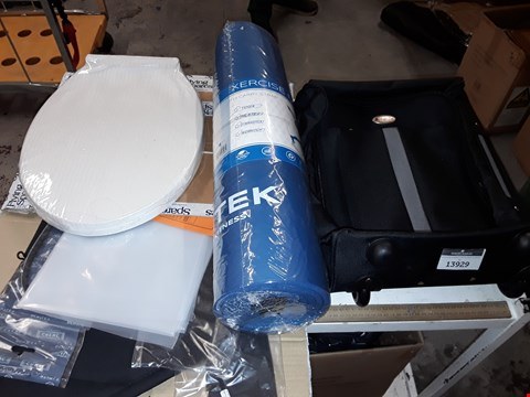 Lot 13929 LOT OF 4 ASSORTED HOMEWEAR ITEMS TO INCLUDE HUMPING TRAVEL CASE, BLUE EXERCISE MAT AND TOILET SEAT