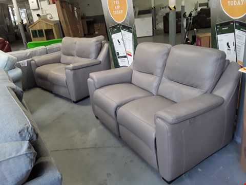 Lot 149 QUALITY DESIGNER ITALIAN AVOLA PUTTY LEATHER PAIR OF POWER RECLINING 2 SEATER SOFAS