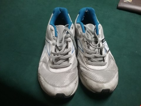 Lot 45 PAIR OF REEBOK WHITE/BLUE TRAINERS SIZE 7