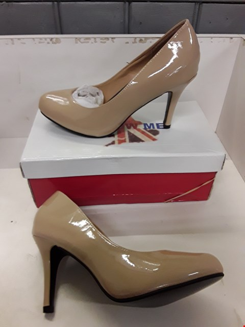 Lot 4033 PAIR OF DESIGNER BEIGE PATENT LEATHER HIGH HEEL SHOES SIZE UK 6