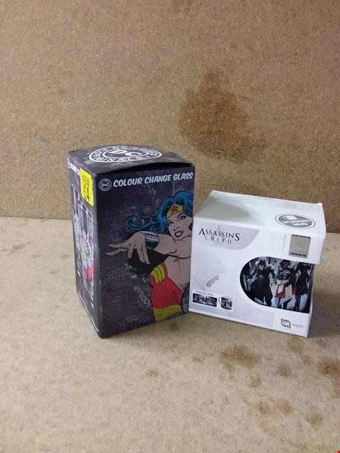 Lot 256 LOT OF 2 ITEMS TO INCLUDE ASSASSIN'S CREED OFFICIAL MUG AND DC COMICS COLOUR CHANGE GLASS