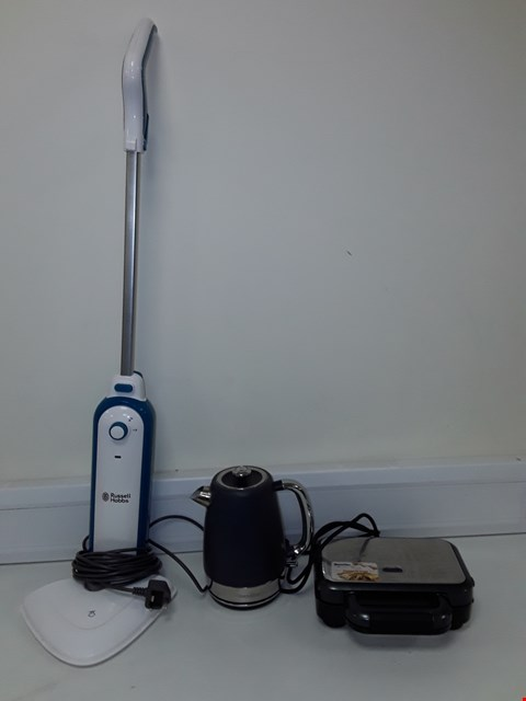 Lot 7162 LOT OF 4 ASSORTED ELECTRICAL ITEMS TO INCLUDE BREVILLE KETTLE, BREVILLE DEEP FILL SANDWICH TOASTER, MORPHY RICHARDS ELECTRIC MOP AND RUSSELL HOBBS ELECTRIC MOP PARTS