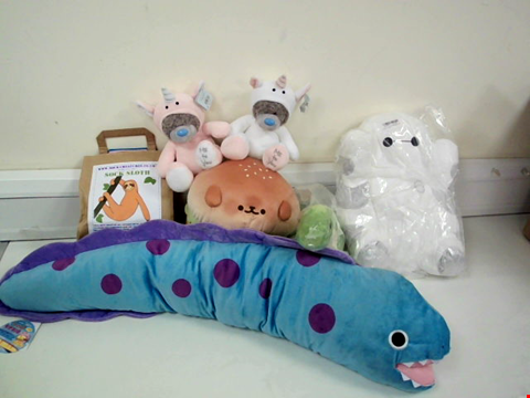 Lot 8040 LOT OF 7 CUDDLY TOYS TO INCLUDE AMUFUN BIG BLUE EEL, SMILING BURGER AND BAYMAX