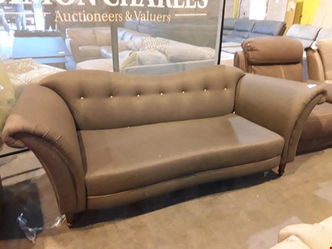Lot 9065 DESIGNER PERIOD STYLE BROWN FABRIC THREE SEATER SOFA WITH SHAPED BUTTONED BACK