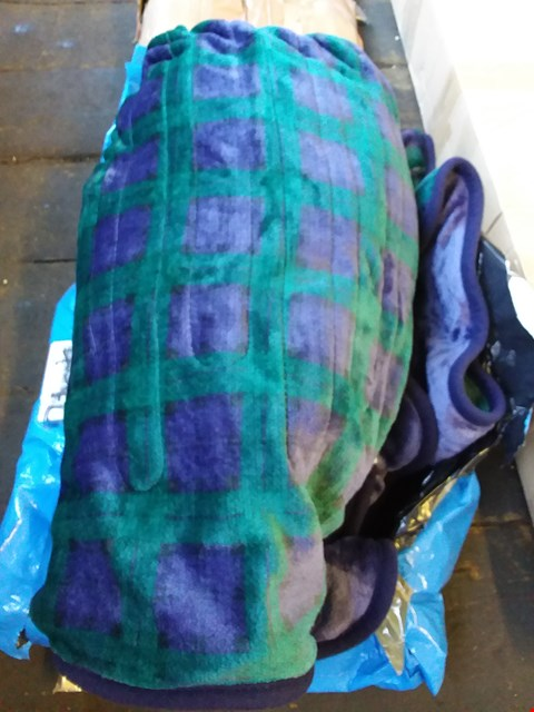 Lot 591 LOT OF 2 ITEMS TO INCLUDE HEATED THROW, WHEELEY TROLLEY