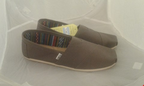 Lot 2009 PAIR OF TOMS CLASDIC ASH CANVAS SIZE 11