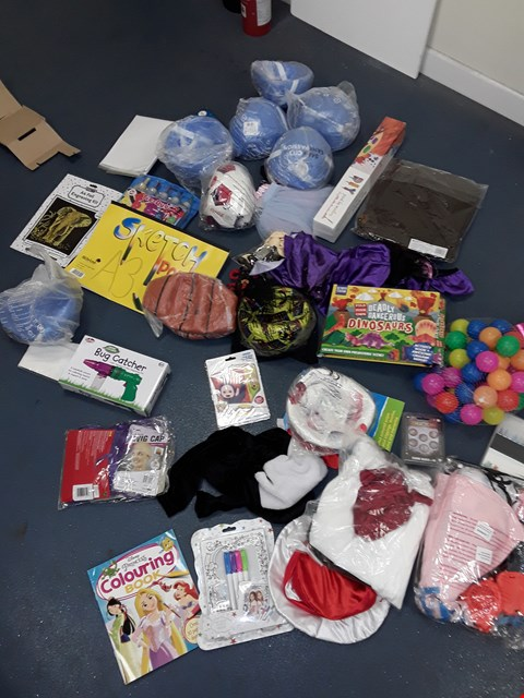 Lot 7195 BOX OF A LARGE QUANTITY OF TOY ITEMS TO INCLUDE FOOTBALLS, BASKETBALL, TIE DYE KIT, DINASAUR ACTIVITY SET ETC