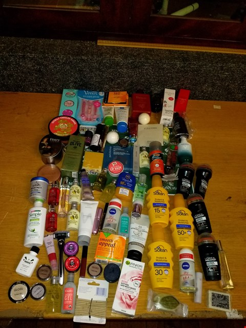 Lot 23 BOX OF APPROXIMATELY 65 COSMETICS ITEMS TO INCLUDE SOLTAN PROTECT & MOISTURE SUNCARE SPRAY,  VENUS TREASURES SET OF 3 RAZORS AND THE BODY SHOP MINERAL & GINGER WARMING MASSAGE CLAY MASK