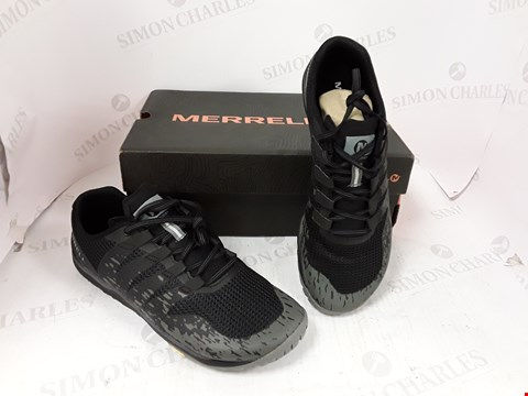 Lot 832 BOXED PAIR OF MERRELL BLACK TRAINERS SIZE 8