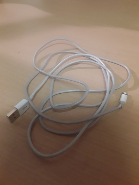 Lot 3105 AMAZONBASICS APPLE CERTIFIED LIGHTNING TO USB CABLE - 1.8 M (6 FT) - WHITE
