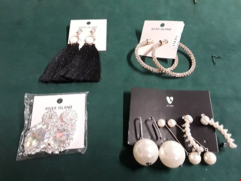 Lot 60 LOT OF FOUR ASSORTED ITEMS TO INCLUDE RIVER ISLAND RIVER ISLAND OVERSIZED TEARDROP DANGLE EARRINGS AND 3PK PEARL EARRINGS RRP £51