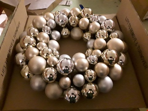 Lot 2493 BRAND NEW BOXED BAUBLE LIT CHRISTMAS WREATH RRP £24.99