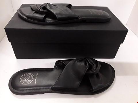 Lot 4092 PAIR OF DESIGNER BLACK FLIP-FLOPS IN THE STYLE OF KURT GEIGER SIZE EU 40