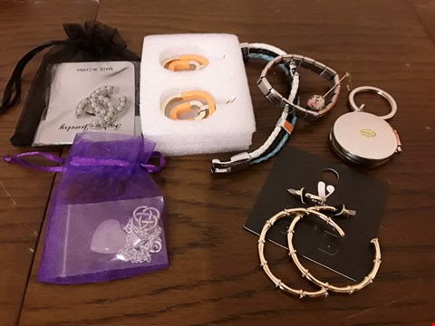 Lot 9050 LOT OF 8 ASSORTED PIECES OF JEWELLERY TO INCLUDE EARRINGS, BRACELET AND NECKLACE