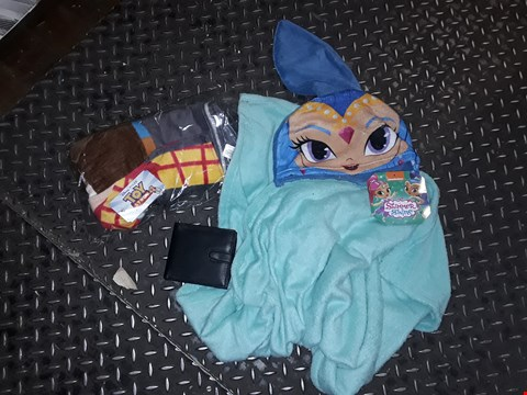 Lot 8450 BOX OF APPROXIMATELY 33 ASSORTED ITEMS TO INCLUDE A TOY STORY 4 PONCHO, A SHIMMER + SHINE PONCHO, A BLACK FAUX LEATHER WALLET ETC