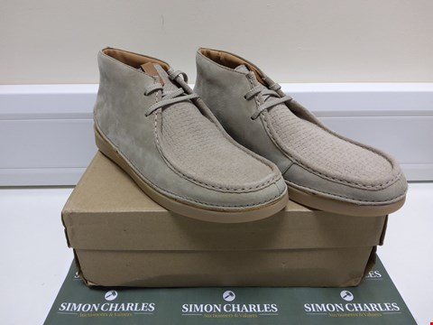 Lot 3025 BOXED PAIR OF CLARKS OAKLAND MID DESERT BOOTS SIZE 9.5