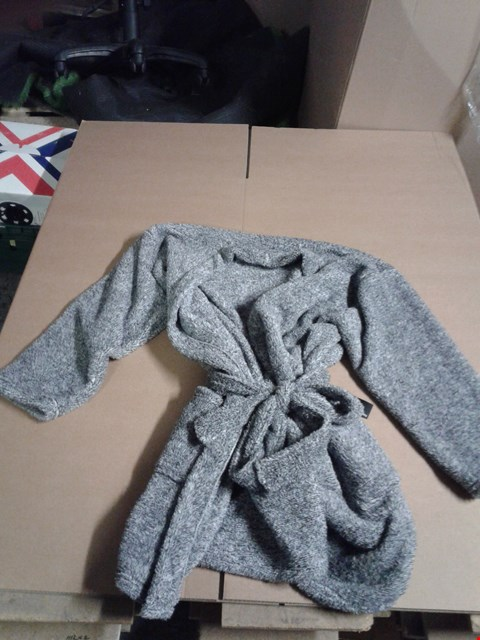 Lot 9312 BOX OF APPROXIMATELY 5 ASSORTED ITEMS TO INCLUDE DRESSING GOWN - CHARCOAL