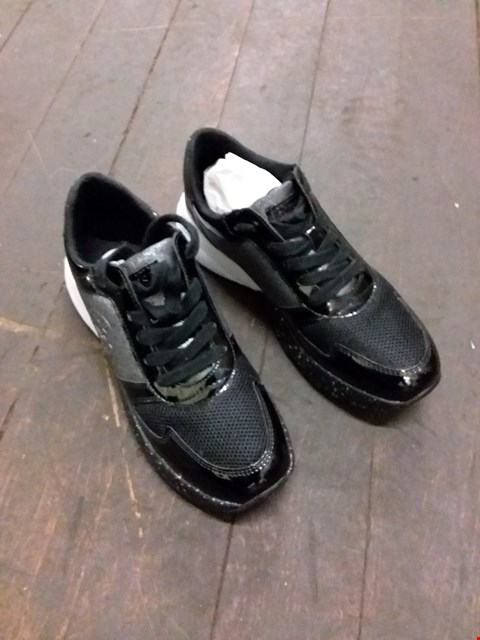 Lot 9077 BOXED GUESS STYLE TRAINERS - BLACK/WHITE SIZE UNSPECIFIED