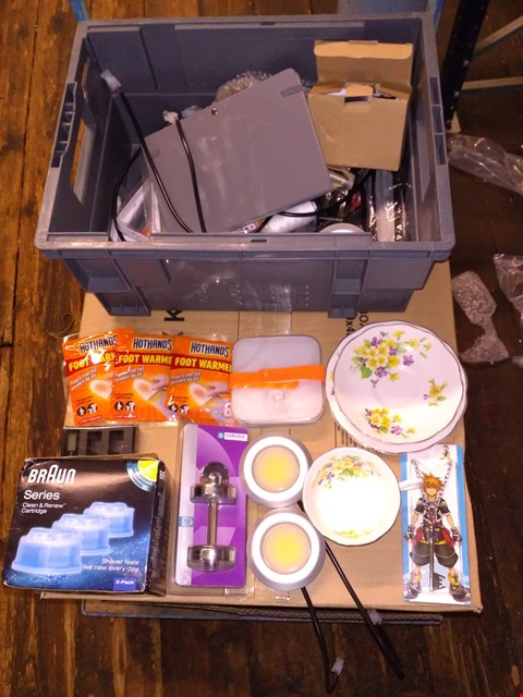 Lot 5540 LOT OF ASSORTED HOUSEHOLD ITEMS TO INCLUDE BRAUN CLEAN & RENEW CARTRIDGES, FOOT WARMERS AND CHINA EFFECT PLATES