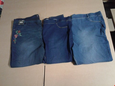 Lot 9318 BOX OF APPROXIMATELY 18 ASSORTED CLOTHING ITEMS TO INCLUDE SOPHIA EMB JEGGINGS - INDIGO, AMBER SKINNY JEGGINGS - BLUE