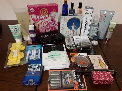 Lot 2140 BOX OF APPROXIMATELY 34 HEALTH AND BEAUTY ITEMS TO INCLUDE L'ORÉAL GLAM NUDE CC CREAM AND ST TROPEZ TAN VOYAGE SET