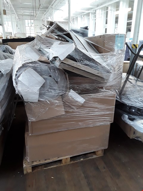 Lot 302 PALLET OF ASSORTED FURNITURE PARTS TO INCLUDE AN ISLA EMERALD VELVET COCKTAIL CHAIR, A DESIGNER ROLLED UP MATTRESS, DIVAN BED BASE ETC