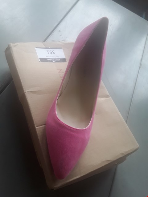 Lot 10337 BOXED PAIR OF SIZE 39 PINK HIGH HEELS
