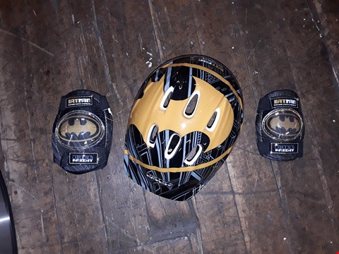 Lot 1120 LOT OF 2 ITEMS TO INCLUDE WHITE CURLY PATHFINDERS, BATMAN SAFETY HELMET AND PADS RRP £50