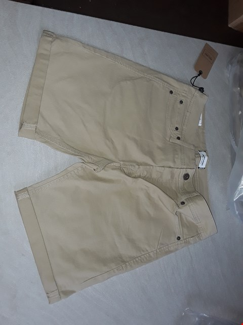 Lot 33 BAG OF APPROXIMATELY 10 ASSORTED SIZES OF BAGGED JACK JONES BEIGE SHORTS