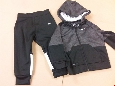 Lot 214 GRADE 1 NIKE BABY BOYS SWOOSH LOGO TRACKSUIT IN BLACK - SIZE 18M 80-86CM RRP £55